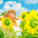 Enjoying sunflower field — Stockfoto