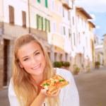 Gelukkige vrouw eten van pizza — Stockfoto