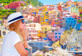 Traveler girl enjoying colorful cityscape — Stock Photo