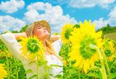 Genießen sonnenblumenfeld — Stockfoto