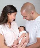 Lyckliga föräldrar med små barn — Stockfoto