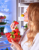 Mulher comendo morango — Foto Stock