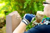 Female stonemason at work — Stock Photo