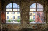 Oude gebroken raam — Stockfoto