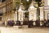 The main gate to the University of Warsaw at night — Stock Photo