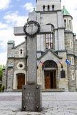 Krzyż zestaw przed kościoła świętej rodziny — Zdjęcie stockowe