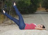 性感美丽女孩双腿抬起与岩石上 — 图库照片