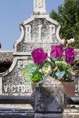 старое кладбище с гранитных скульптур — Стоковое фото