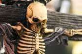 Halloween Woman threatened by the quiet death — Stock Photo