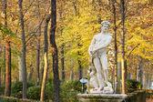 纪念碑在蓝赫斯皇家宫殿的花园 — 图库照片