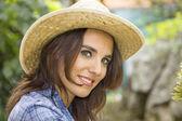 麦わら帽子と非常にセクシーな女性の顔 — ストック写真