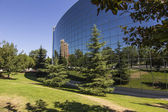 Vaso futurista edificio con verdes jardines — Foto de Stock