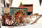Oude tweewielige kar getrokken door paarden — Stockfoto