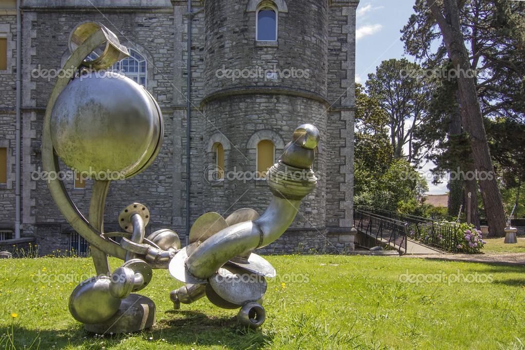 现代钢铁雕塑由铬 - 图库图片