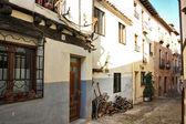 Typiska gatorna i staden covarubias i spanien — Stockfoto