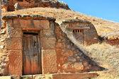 Ingångarna till källare grävde i bergen i provinsen — Stockfoto