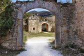 Arc in a ruined medieval houses — Stock Photo