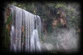 Velký nádherný vodopád v lese uvnitř — Stock fotografie