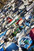 Wiele łodzie wiosłowe i połowów silnik ładne kolory — Zdjęcie stockowe