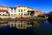 Landschap van de rivier en dorp in aguilar de campo, beroemd ik — Stockfoto