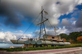 Boat with a sail made from logs tied — Стоковое фото