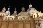 Catedral basílica de la noche de nuestra señora del pilar construido en el — Foto de Stock