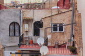 Vecchie terrazze e tetti di una città — Foto Stock