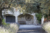 Wejście łuki i kamienny domek — Zdjęcie stockowe