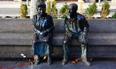 Bronze figures elderly couple sitting in the park — Stock Photo