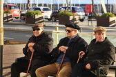 Madrid - 22 mar: bilinmeyen yaşlı insanlar zevk güneş bir parkta — Stok fotoğraf