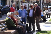 Madrid - Mar 22: unknown older people enjoy the Sun in a park in — Stock Photo