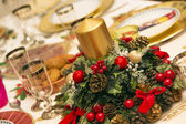 Elegant Christmas table decorated with typical and colorful obje — Foto Stock