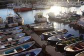 Molte barche a remi e pesca motore bei colori — Foto Stock