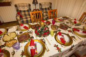 Elegant Christmas table decorated with typical and colorful obje — Zdjęcie stockowe