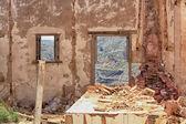 Interior destartalada vivienda destruida por la explosión de la bomba — Foto de Stock