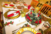 Elegant Christmas table decorated with typical and colorful obje — Stock fotografie