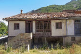 Abandoned old house in the mountains — Stockfoto