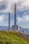 Bir fabrikada büyük bacalar — Stok fotoğraf