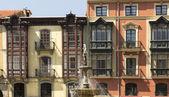 Belle façade d'un bâtiment ancien dans l'ancien de la ville d'une — Photo