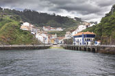 Entrance from the sea to the fishing village of cudillero in Spa — Foto de Stock