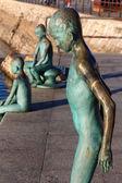 Moderne figuren in bronze des kindes von einem pi ins meer springen — Stockfoto