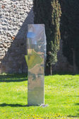 Abstract sculpture in steel with beautiful reflections — Stockfoto