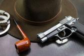 Squadra investigativa, pistola semiautomatica manette cappello e tubo — Foto Stock