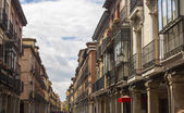 Tourist pedestrian street with arcades in Alcala de Henares, Spa — Stock Photo