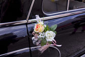 Flowers decorating an old black luxury car — Foto de Stock