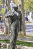 Bronzen sculptuur van een stierenvechter in een park — Stockfoto
