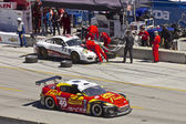 Mazda RX-8 GT passing Porche GT2 on pit stop — Stock Photo