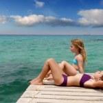 hermanitas chicas mirando el paisaje idílico en Playa formentera — Vídeo de stock