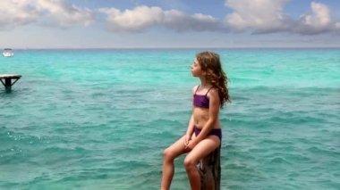 Krásná holčička opalovací formentera beach s vlasy vítr — Stock video