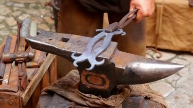 Blacksmith forged anvil hammer man beating traditional shape — Stock Video